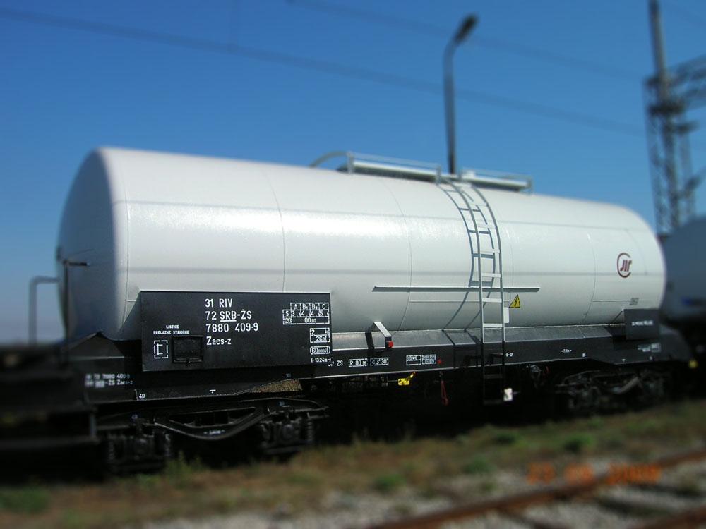 Cisterna sa čeličnim sudovima za tečnosti i gasove